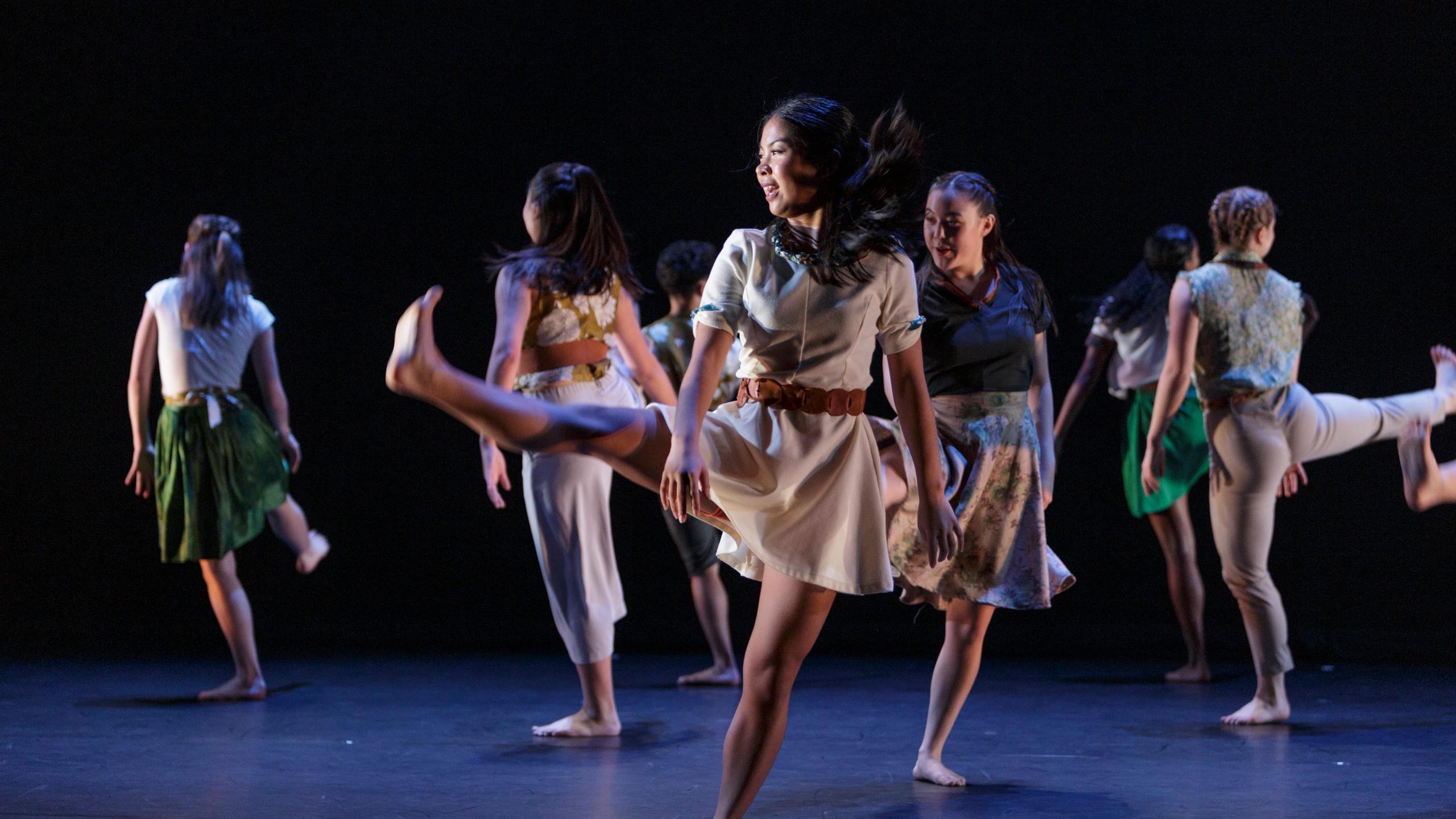 Centre: Soraya Lee Wo and Nikkie Jeong in 'A Day of Light' Choreography by Hanna Kiel