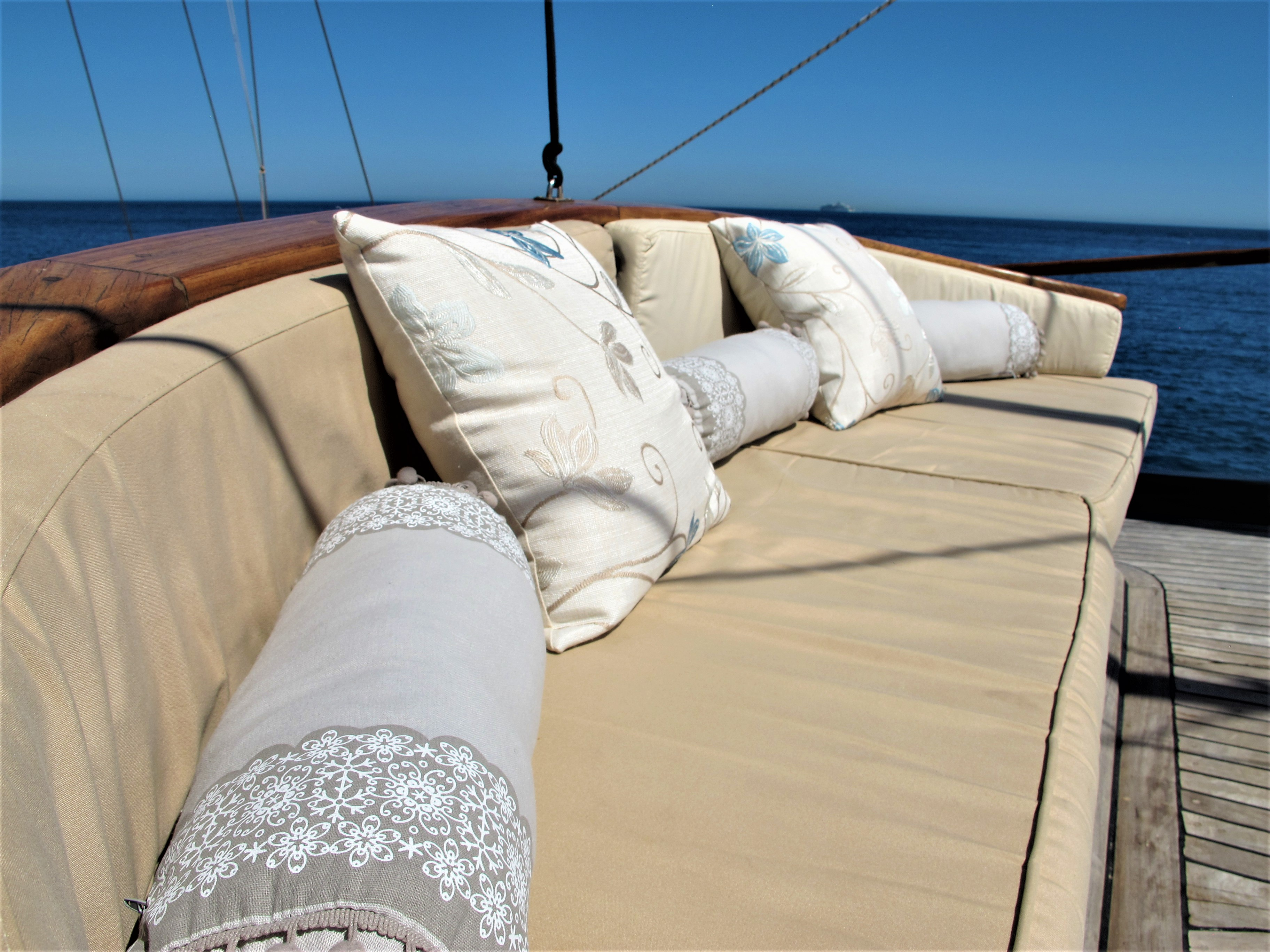 Bow settee