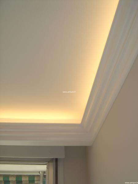 Faux-plafond avec corniches en staff et éclairage indirect.