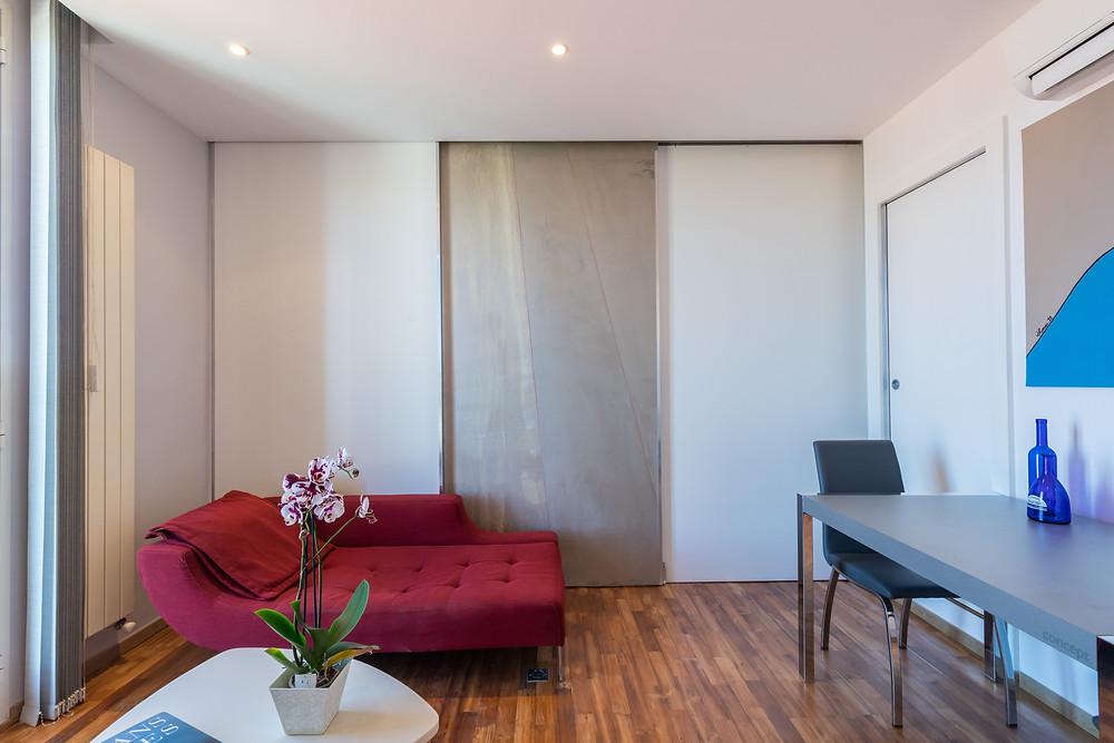 L'appartement devient modulable grâce au jeu de la cloison à galandage. Pour une décoration intérieur réussie, Jérôme Caramalli est à l'écoute de vos attentes.