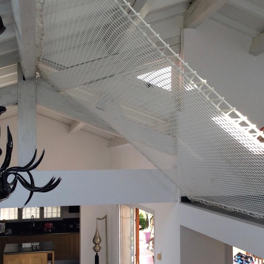 Le filet suit la pente du toit.