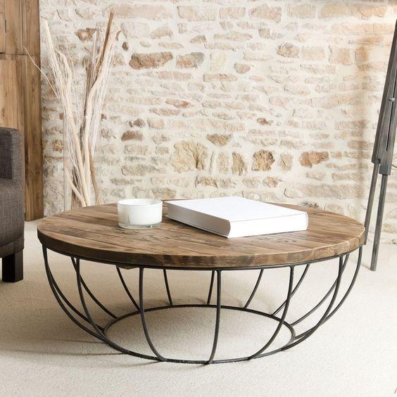 Nous aimons le contraste bois et acier pour cette table basse.