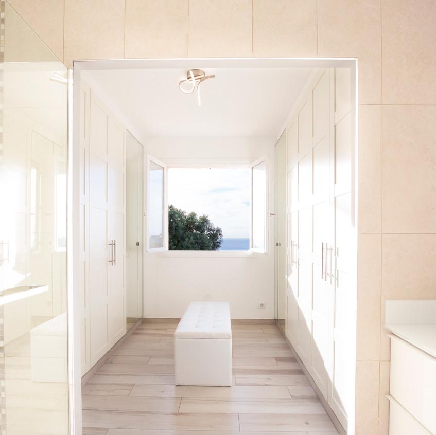 Salle d'eau d'une suite parentale avec dressing.