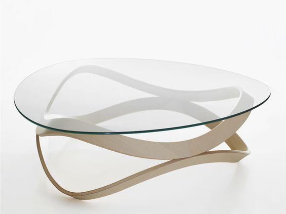 Table basse avec plateau en verre.