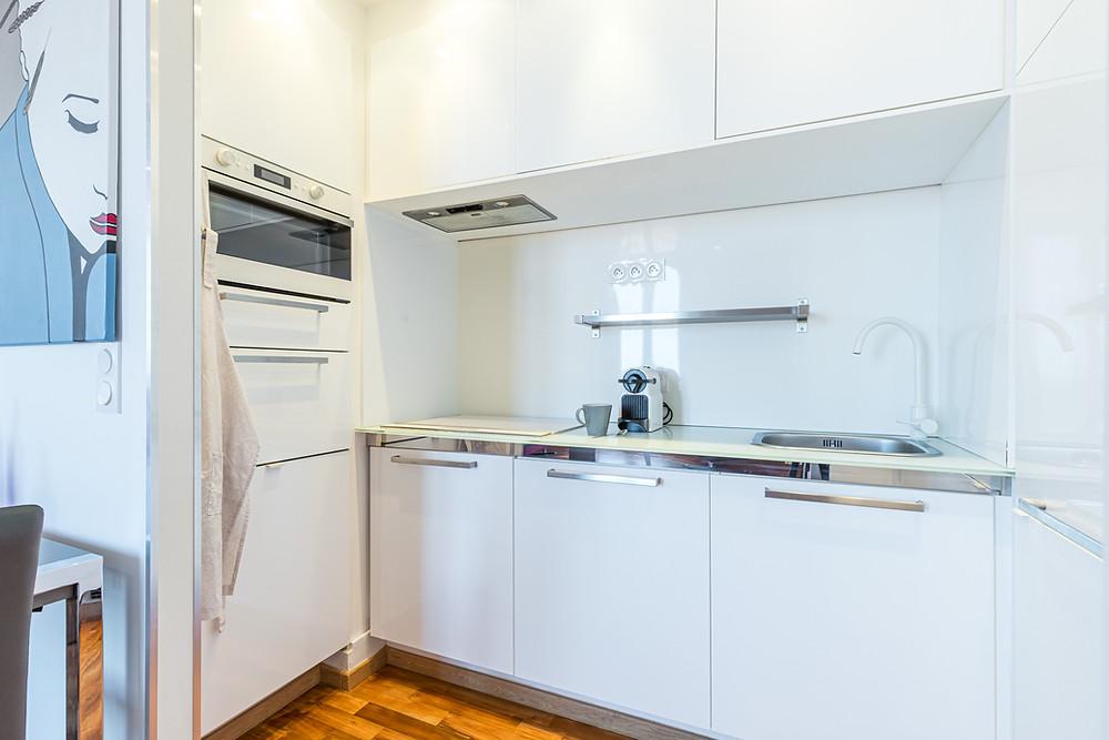 Ce renfoncement créé permet d'intéger la cuisine en toute discrétion et donc d'avoir le moins d'impact sur la pièce à vivre.. Réalisation Casavog'.