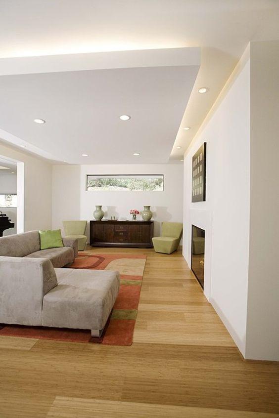 Faux-plafond intégré dans un intérieur design avec éclairage indirect.