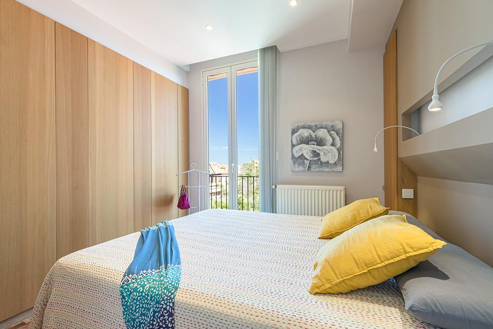 Chambre de maître avec placards avec accès direct à la salle-de-bain. Conception et réalisation selon les plans de Jérôme Caramalli architecte d'intérieur à Nice.