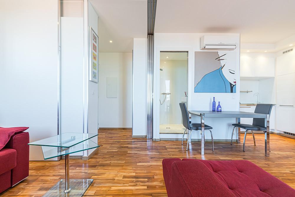 Cet appartement a été conçu avec une salle d'eau supplémentaire pour les invités - Pour une rénovation d'un bien immobilier faites appel à l'expertise de Jérôme Caramalli architecte d'intérieur à Nice