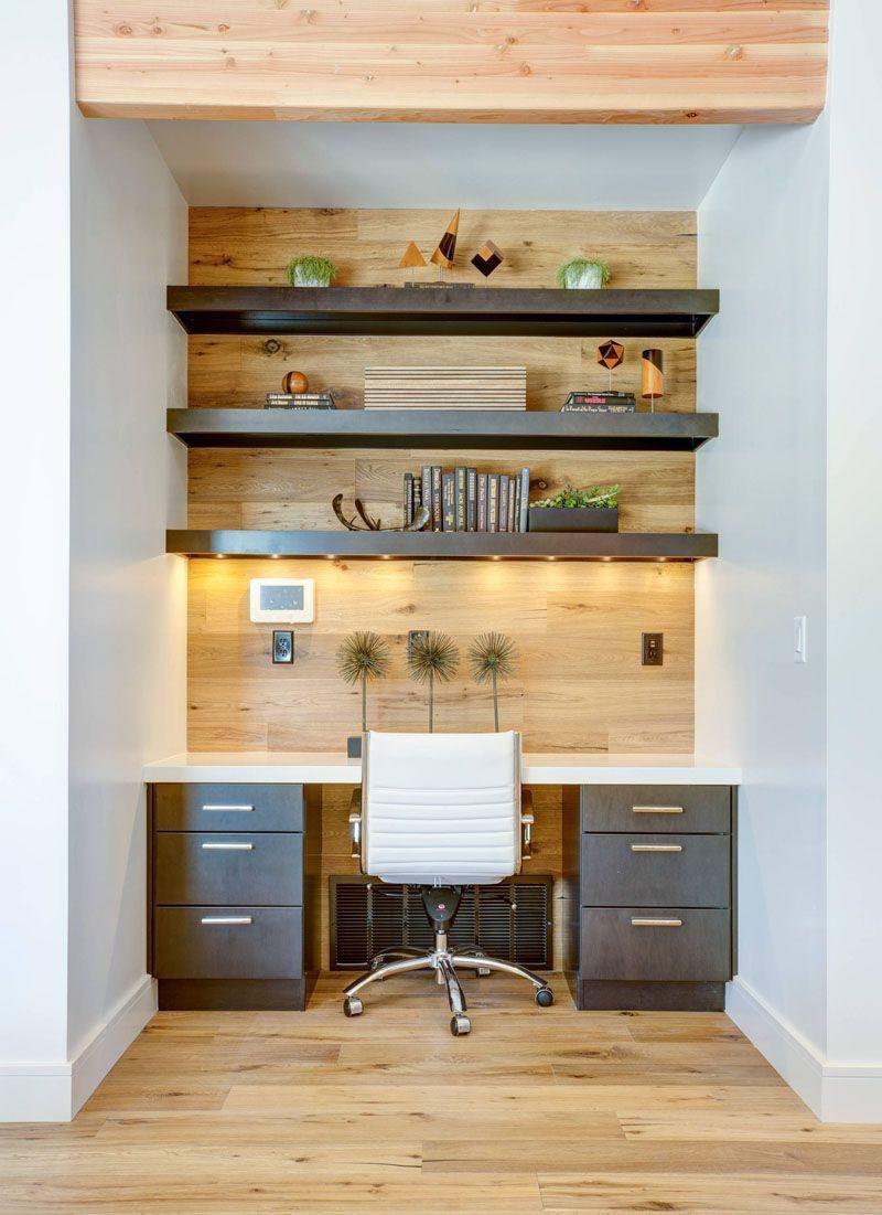 Cettre alcôve de 1,20 mètre environ permet de réaliser un bureau de confort. Parquet au sol, mur vertical en panneaux de bois rendent l'ensemble harmonieux. Les étagères participent à la finition. L'éclairage intégré dans l'intérieur de l'étagère diffuse de la lumière.