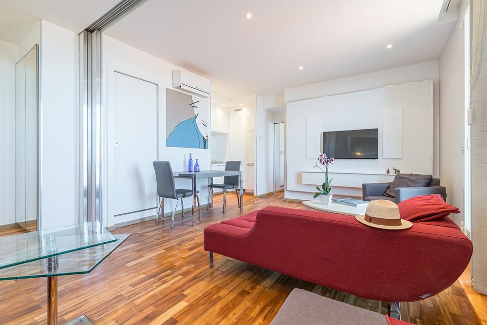 Création d'un grand espace ouvert - pièce à vivre avec parquet teck massi. Vision contemporaine pour cette rénovation et design de Jérôme Caramalli pour Casavog.