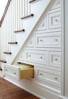 un rangement optimisé sous mon escalier