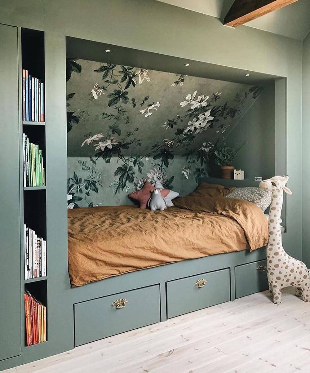 Création d'une alcôve qui fait lit dans un espace mansardé. Rangements prévus sous le lit et niches verticales pour les livres.