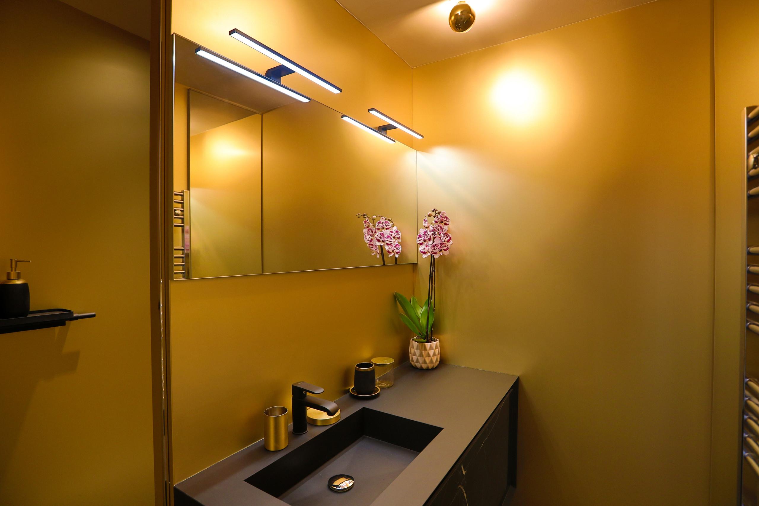Rénovation d'une salle de bain glamour.