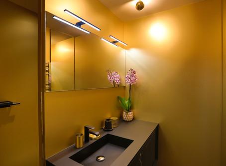 Une salle de bain champagne en robe de soirée noire !