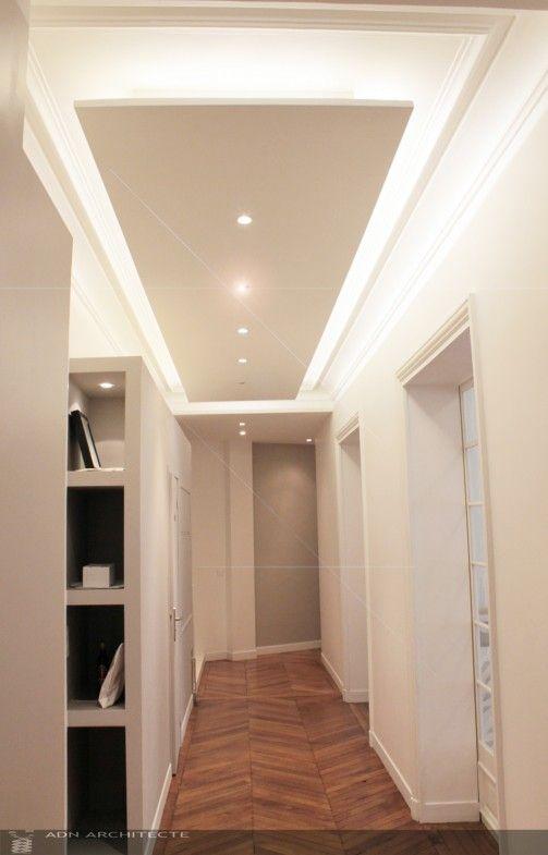 Plafond suspendu qui se détache du plafond d'origine. Eclairage mixte.