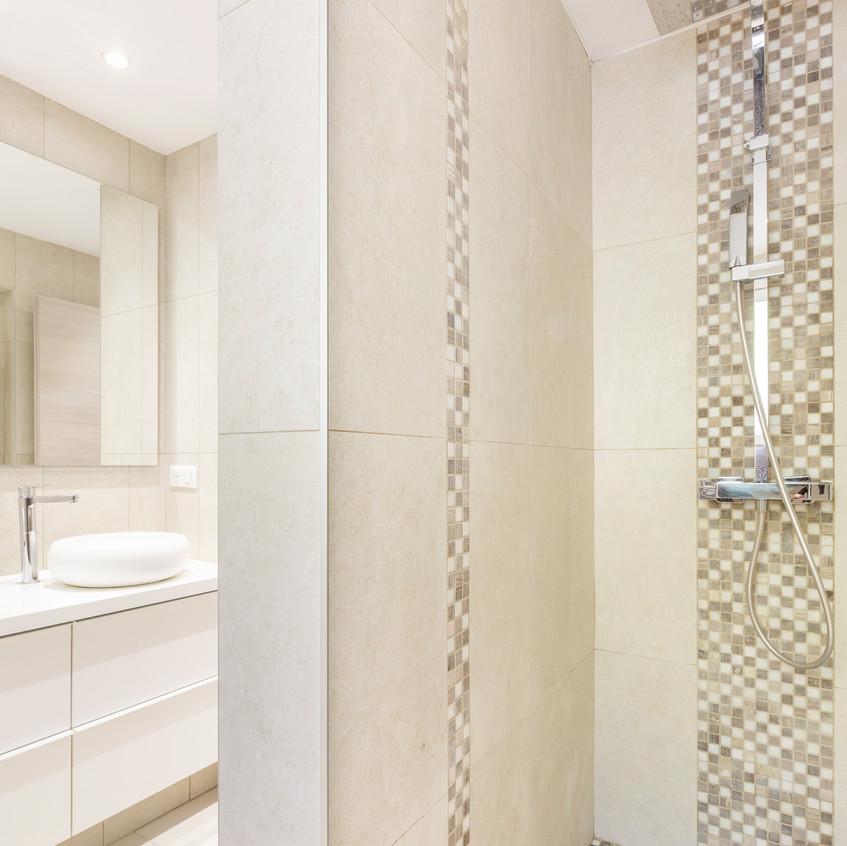 salle d'eau avec douche à l'italienne - revêtement mosaïque.