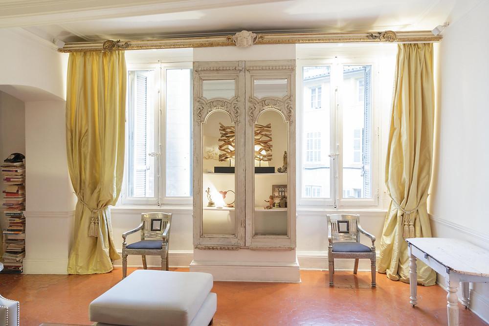 Décoration tout en subtilité pour cet appartement situé dans un immeuble du XVIIème siècle.