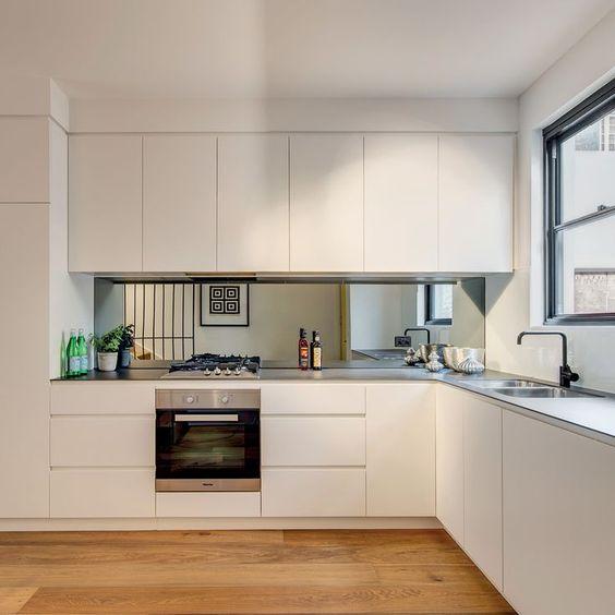 Crédence en verre en harmonie avec les meubles de cuisine blanc.
