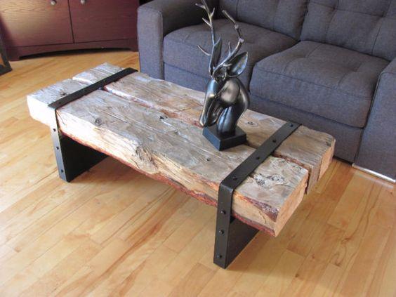 Deux linteaux de bois enserrés dans deux attaches acier.