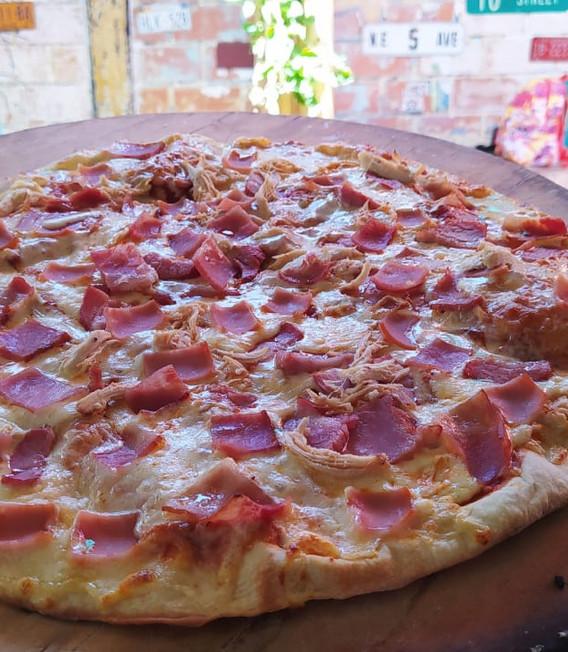 Pizza mediana de jamón y queso