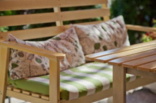 decorateur exterieur aménage terrase avec banc et table en bois