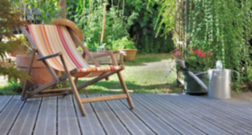 creation terrasse avec chaise longue, pot en terre, bambou