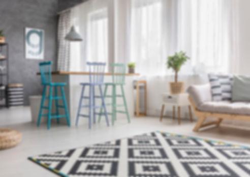 amenagement appartement scandinave avec tapis et abouret bar