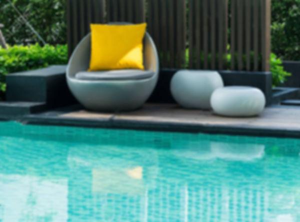 creation piscine et decoration bord de piscine contemporaine, mobilier exterieur