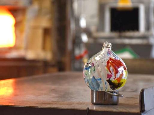 Boules de noël en verre soufflé selon la tradition