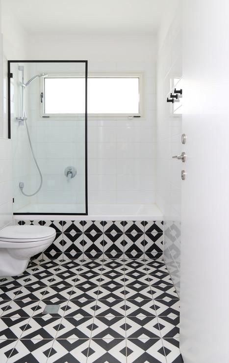 מקלחת ילידם - ריצוף שחור לבן