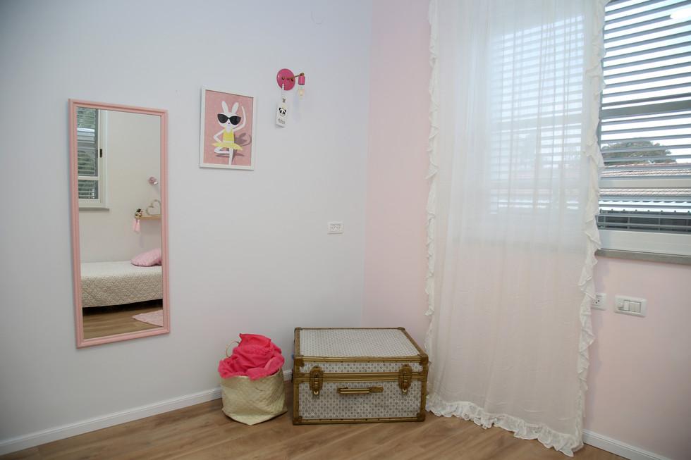 החדר של ליה. מזודה ומראה ורודה