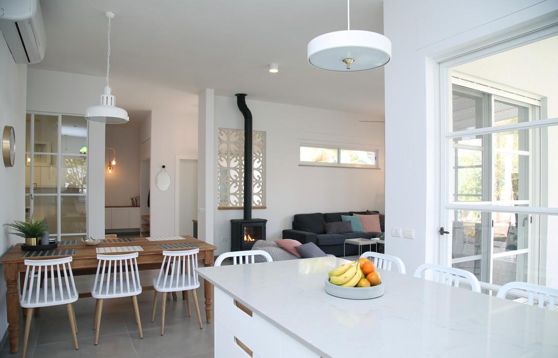 מבט לסלון ולשולחן האוכל מהמטבח