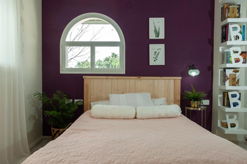 חדר שינה קיר סגול