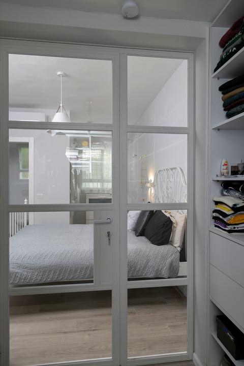 מבט לחדר שינה מחדר ארונות