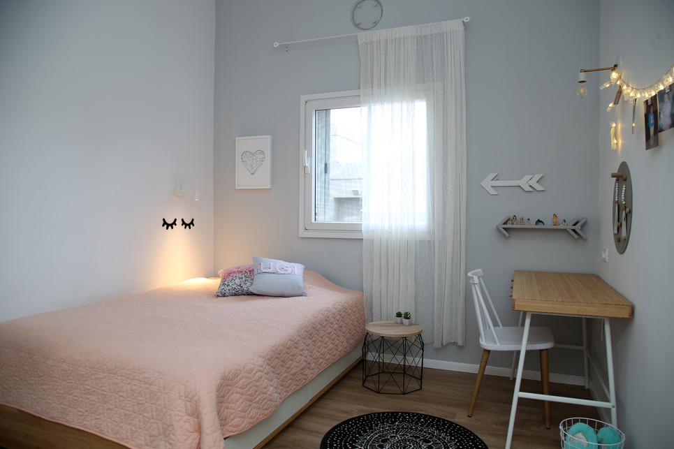 החדר של טליה. מיטה ושולחן כתיבה
