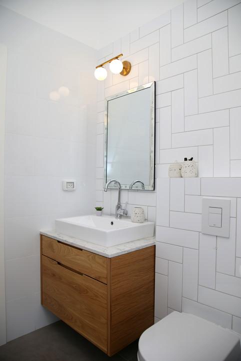 שירותי הורים. כיור וארון מקלחת