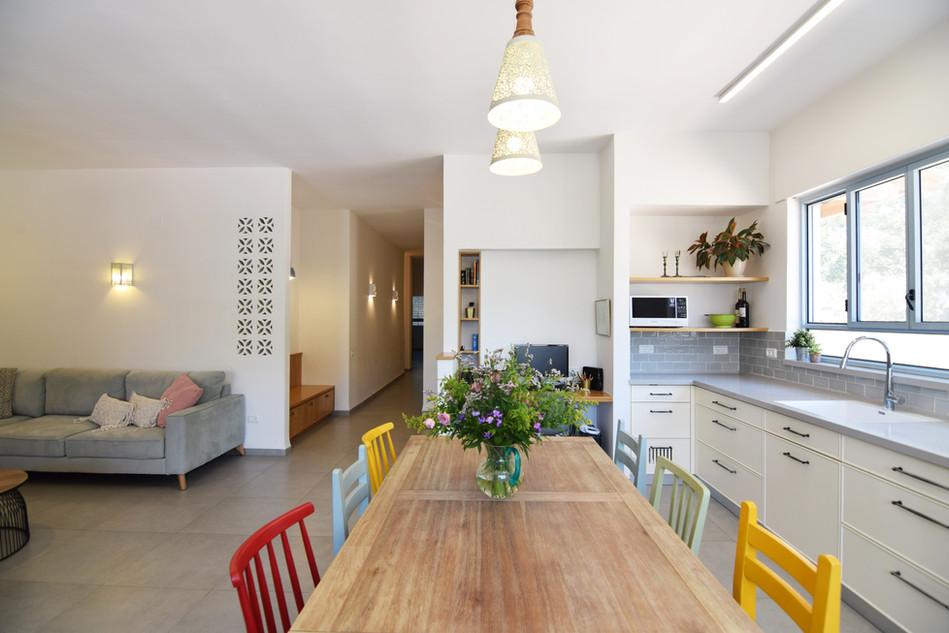 מבט לסלון ולמטבח