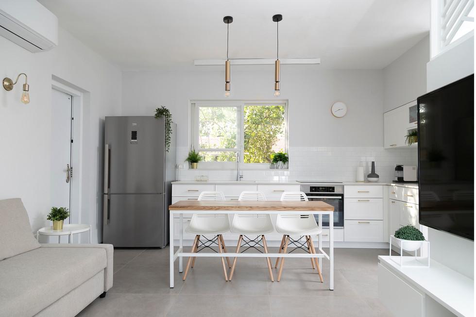 מבט למטבח מהסלון