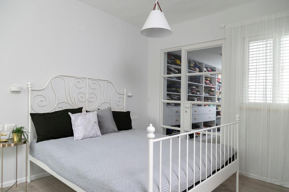 חדר שינה וחדר ארונות