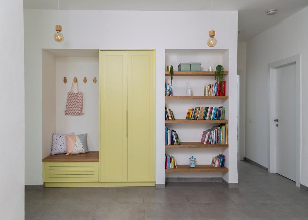 ארון צהוב מול חדר משחקים