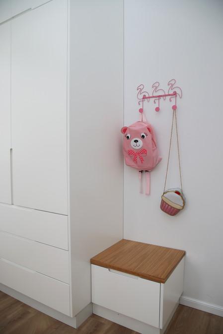 החדר של ליה. מתלה ורוד