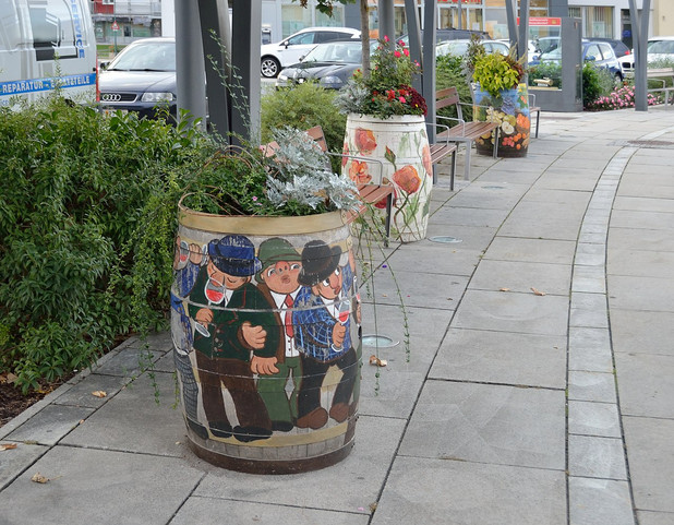 1280px-Painted_wine_barrels_as_flower_pl