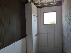 Aplicação de azulejos no banheiro