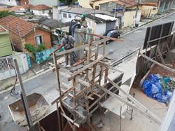 Instalação dos cabos de energia no poste