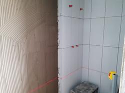 Aplicação de azulejos nos banheiros do t