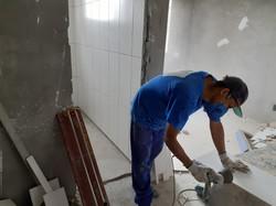 Aplicação de azulejos nos banheiros