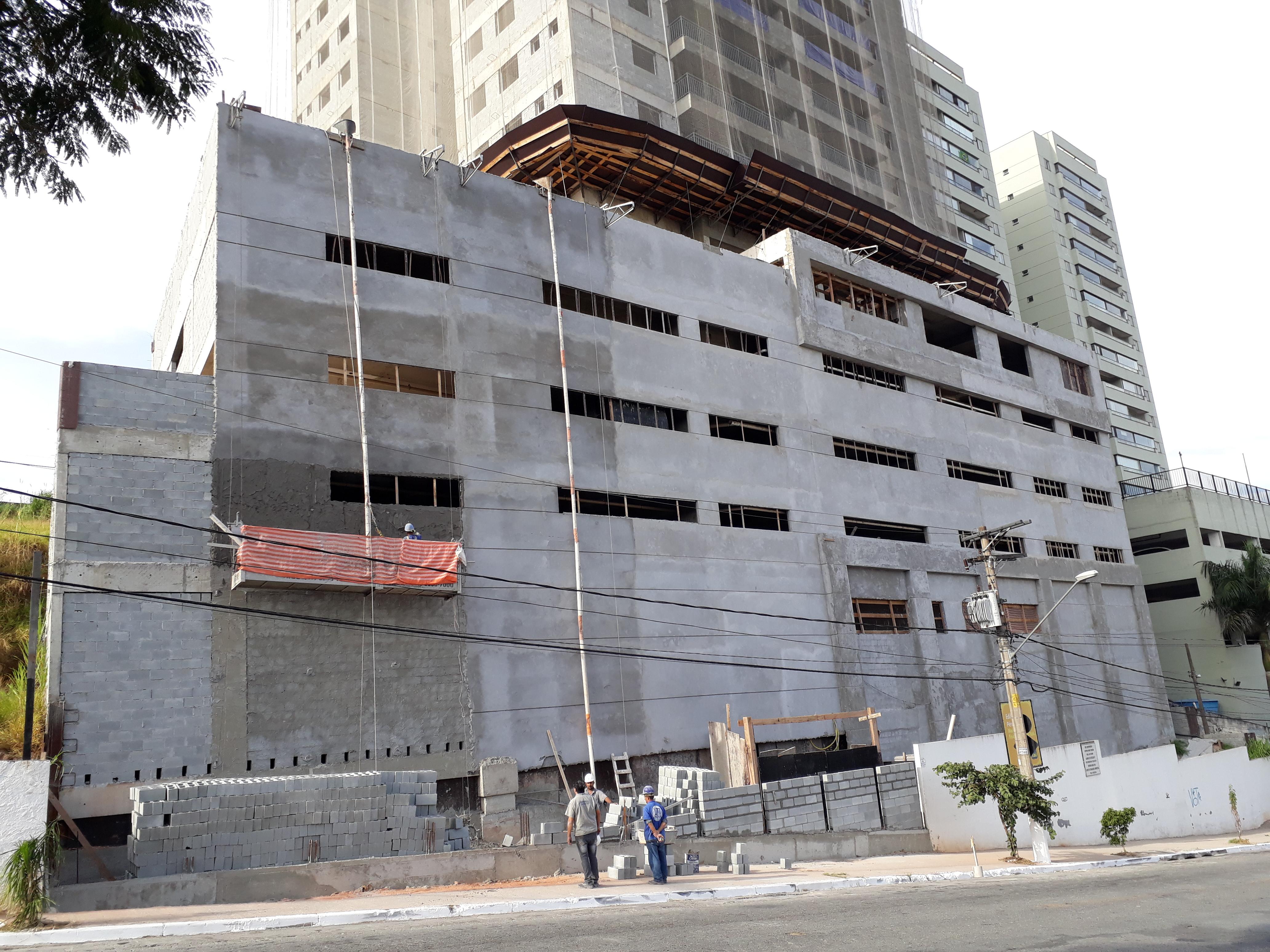 Execução de revestimento em massa - fachada posterior