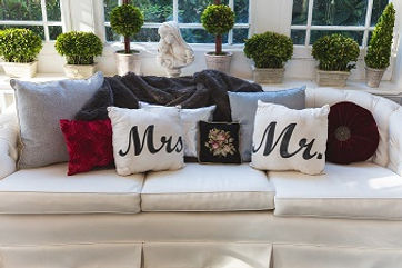 AdobeStock_121528698 (Mr nd Mrs pillows