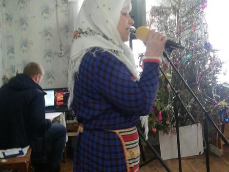 Театрализованное представление и поздравили жителей деревни Комары