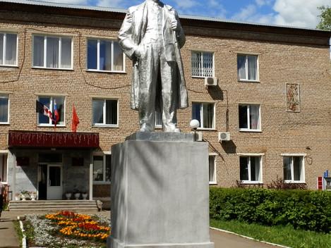 Памятнику В.И.Ленина-40 лет.     Вот уже 40 лет  перед зданием администрации МО «Дебесский район» ст